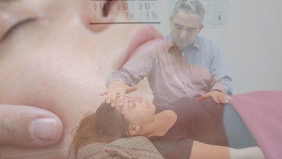 Sammensmeltning af to billeder. I Forgrund ses healer der healer kvinde på briks. I baggrund ses nærbillede af kvindes ansigt