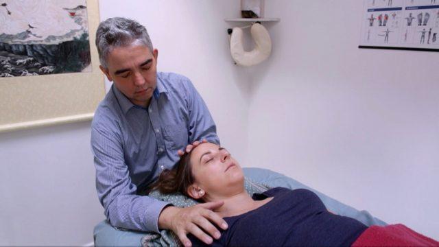 Healer i gang med at heale skulder på kvinde